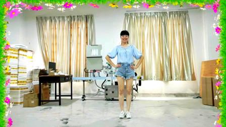点击观看《穿热裤的妇女麦芽初学跳16步健身舞大家一起来》