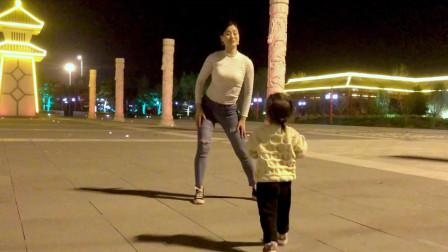 点击观看《大美女妈妈青青世界晚上广场尬舞视频》