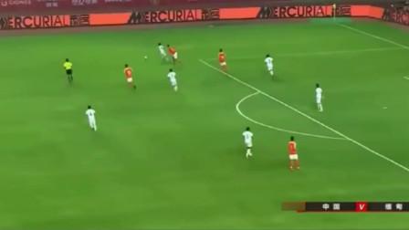 国足停球后找不到球,还被对方1米6后卫戏耍,里皮受到一万点暴击