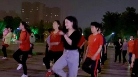 点击观看《青青世界鬼步舞视频 带姐妹夜跳舞蹈朋友陪你醉》