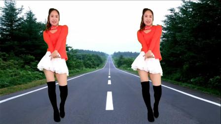 点击观看《妇女京京学跳广场舞 小短裙很飘逸》