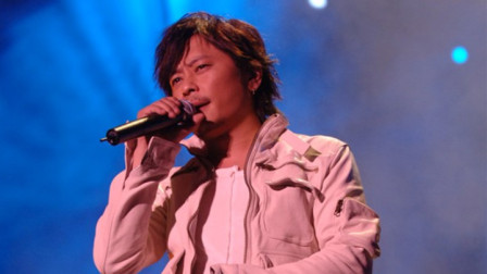 王杰深情演唱《说谎的爱人》,台下粉丝都听哭了:太感人了!