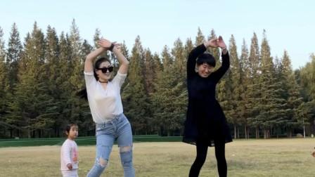 好身材妇女青青世界双人舞视频