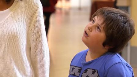 最不靠谱的催眠师!打一巴掌就能将被催眠的小男孩唤醒?围观路人惊呆了