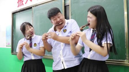 学霸王小九:老师请学生吃爆辣鸭脖,结果吃饱喝足才发现是个套路,太逗了