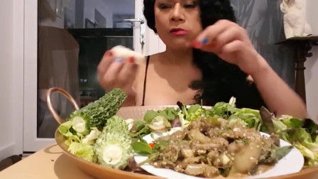 泰国大婶化妆吃播了,最爱生吃苦瓜中国人看不懂,造型很奇特