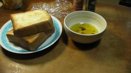 《韩国农村美食》煎的酥脆的面包片,沾上蒜香橄榄油,美味