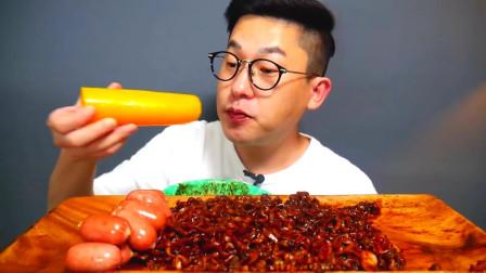 韩国美食小哥,试吃热拌面酱萝卜和脆皮肠,看他吃口水都流出来了