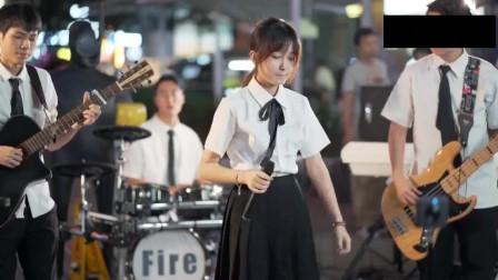 乐队现场翻唱热歌《那女孩对我说》用歌声为你诉说这个心酸故事