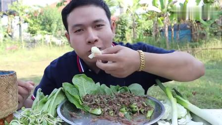 吃播:泰国吃货小哥试吃生腌小河虾,配上手抓饭,吃得那叫一个香!