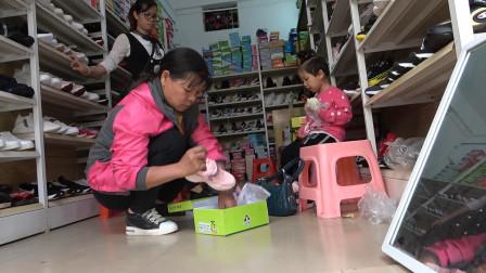 梅子老妈带孙女上街,给她买1双入冬的新鞋子,穿在脚上真漂亮