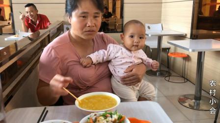 媳妇带孩子在外面吃饭,无意间拍到后面小伙诡异的笑,还自言自语