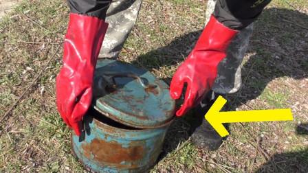 男子从河底捞上来一个铁桶,打开之后发现,倒了八辈子霉了!