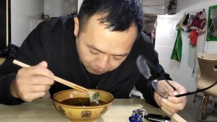 道哥真是个吃货,雯雪米粉才吃到一半就被他抢了,连汤都要喝掉