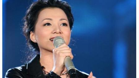央视一姐董卿演唱《至少还有你》,这唱功太棒了!被主持耽误的歌手