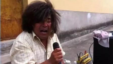 流浪歌手催泪演唱了一首歌,感动天下儿女,唱出了老一辈人的不容易