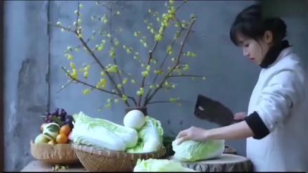李子柒:腊肉炖辣白菜!景美人美食物美,太养眼了
