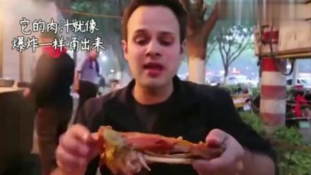 老外在中国:老外沉迷中国美食,好不容易抢到一个烤羊腿,吃的满嘴都是油!