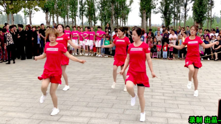 点击观看《阿采带领小媳妇们跳《入门曳步舞》快飞起来了,村民们疯狂围观叫好》
