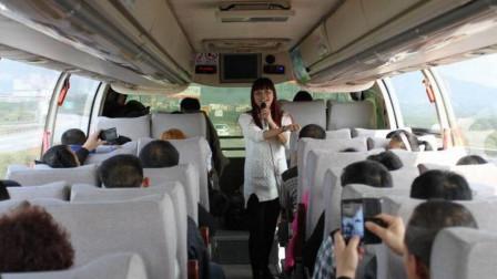 夫妻在大巴车上深情对唱一首歌,没想到一炮而红,谁知道名字?