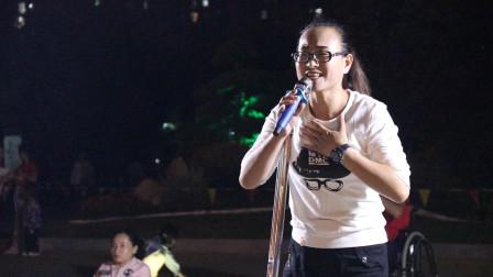 爱唱歌的残疾美女,公园唱响《中国好姑娘》好听不输原唱