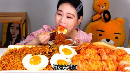 """韩国吃货卡妹:""""爆辣""""火鸡面+泡菜,一口呛到嗓子眼,真替你胃疼"""