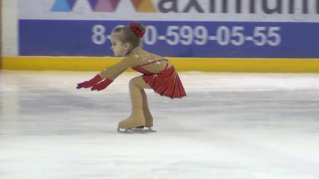 6岁小女孩表演花样滑冰,摔倒的那一刻,隔着屏幕都觉得疼!