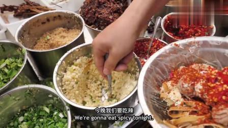 老外在中国:吃货老外很享受成都的猪脑冒菜