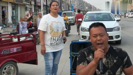 残疾大叔翻唱《伪装》,句句催泪,唱出了生活的无奈!
