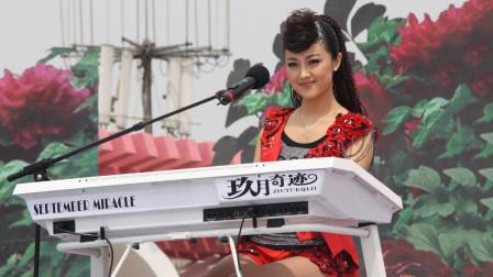 王小玮双排键演奏《新闻联播》,音乐响起太神似了,以为开播了