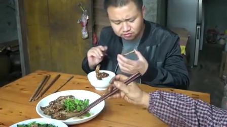 农村王四:梦中的四哥被父亲的美食吸引,自家的卤味鸭翅就是不一样
