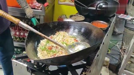 印度街头美食蛋炒饭,老板把锅都快敲烂了!