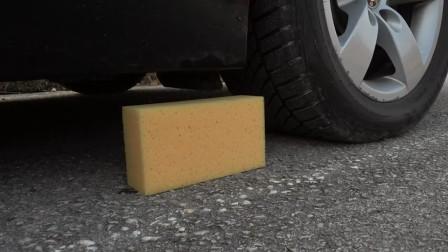 汽車碾壓玩具和海綿的瞬間