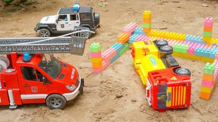 汽車玩具總動員:樂高積木擋住了去路,警察搬運積木裝載翻斗車!