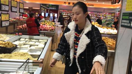 小姑子想吃火锅,嫂子和她上超市轮流挑选食材,出来买的可真不少