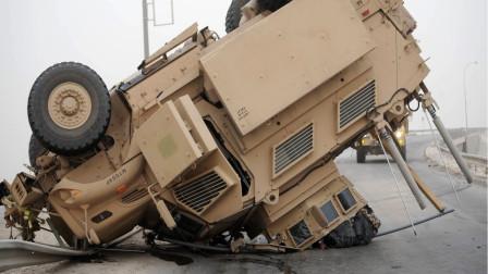 大型翻车现场!美军老司机超速行驶开翻装甲车,一名士兵被摔死