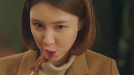美女对吃的毫无抵抗力,有肉有蟹花样繁多,下秒就吃成了吃货!
