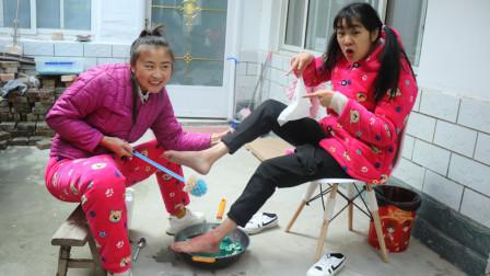 妹妹1年没洗脚,没想姐姐用无硼砂材料给妹妹洗脚,太逗了