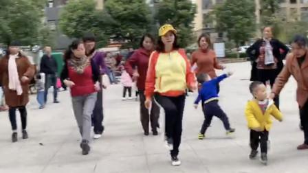 点击观看《基础奔跑步广场舞鬼步教程 每天跳15分钟》