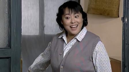 庄嫂自己搬柜子毫不费力,佟志惊叹说:农村老娘们就是厉害