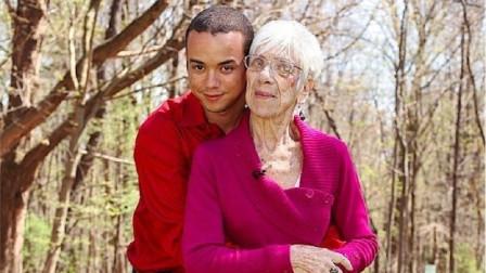 年轻小哥不顾家人劝阻,与83岁老奶奶相恋,婚后生活很幸福!