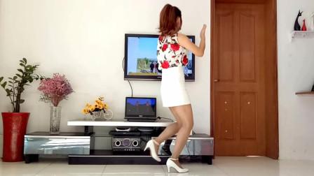 京京超短裙学跳广场舞视频《心里难过唱情歌》