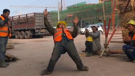 农民工小伙一夜爆红,音乐一响秒变机器人,老板:这工人用不起啊