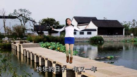 点击观看《阿裙精选广场舞32步《坦坦荡荡活人间》无基础入门都能会》