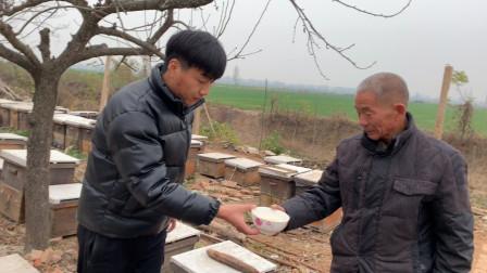 农村小伙为了让女朋友喝上纯蜂蜜,跑到养蜂基地,就为了买纯蜂蜜