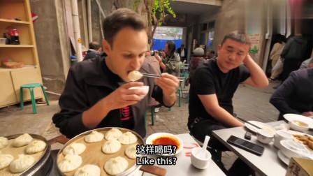 老外在中国:老外专门来吃扣肉却爱上了灌汤包!夸赞开封是美食之城!