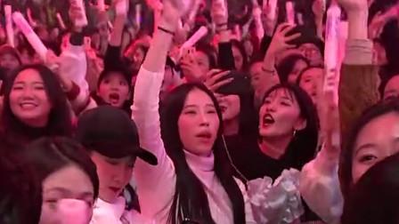 李克勤热血金曲《红日》,引全场大合唱,让人泪目!