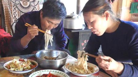 甘肃民勤农村泉嫂火炉上炒了豆腐炒肉,简单味道浓,泉哥特爱吃