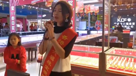 深圳卖珠宝美女,深情演唱王杰的经典《谁明浪子心》,一个有故事的人