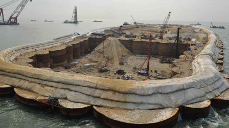 模仿中国填海造陆,购买韩国2万吨矿砂船,三年填出2公里浅滩